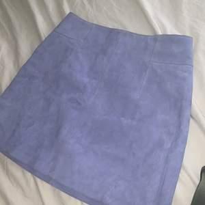 Såå fin, kort, kjol i mocka, jättebra kavlité och perfekt till sommaren. Skulle säga att den är ljusblå💕