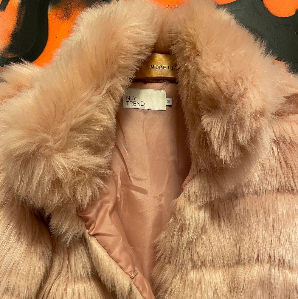 Rosa päls jacka från Nelly.använt typ 3 gånger. . Jackor.