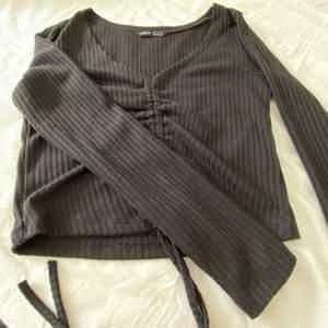 En fin svart topp i skönt material med snöre som går att knyta. Beställd från SHEIN. Köpare står för frakt.