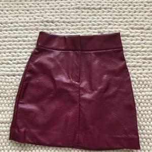 En mini kjol, väldigt fin färg! Använt 1 gång. ✨✨