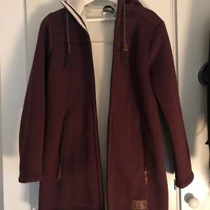 Purple long jacket from Jack Wolfskin in perfect condition, barely worn. Beautiful purple color and white warm interior lining. Great for colder weather. Brand tag on the front under the pocket and a paw tag on the sleeve. Retails for over 1000 SEK.