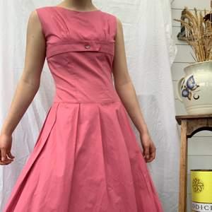 Super härlig vintage klänning som tyvärr blivit solblekt på några ställen (bild 3). Dm för fler bilder osv + mer info i bion. Checka även in mina andra annonser och sammfraktar mer än gärna🌷🌸