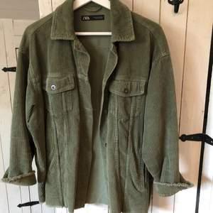 supersöt grön jacka i manchester i storlek XS men är lite oversized