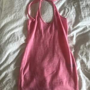 rosa halterneck klänning, aldrig använt då den är för liten för mig :( långa band så man kan ha den som vanligt och korsa de