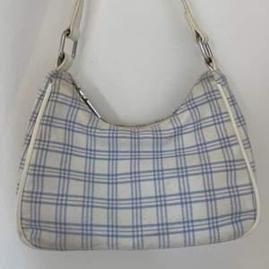 Jättefin rutig väska från Shein, använd nåra gånger och därmed lite missfärgad, (syns på bilderna) men fortfarande jättefin💜