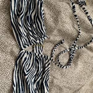 Jätte fin svart vit bikini, passar folk med små bröst storlek S men mer som XS💕 (köparen betalar frakt)