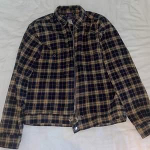 En tunn och rutig jacka köpt på beyond retro för ett par år sedan. Storlek XS, Sparsamt använd. Kan mötas upp i Stockholm eller frakta, tar endast swish :)