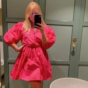 Så fin och somrig rosa puffig klänning från h&m!!!💞💞💞LÅNADE BILDER FRÅN ALICE LÖÖF INSTAGRAM, använd en kväll, så gott som ny, nypris 499 säljer för 400