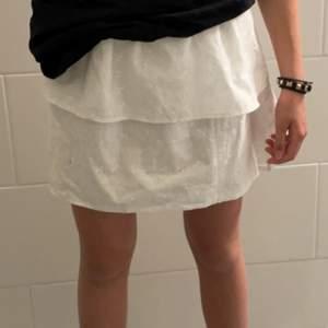 Vit volangkjol!! Superfin vit volangkjol som jag säljer då jag redan har en annan☀️ perfekt till sommaren. Passar XS-M då den har resårband i midjan☀️Om fler är intresserade blir det budgivning😇