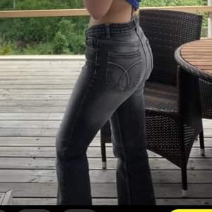 Gråa väldigt urtvättade jeans, köpta second hand men är väldigt bra skick då dem endast är använda 2 ggr typ, dem är mid/low waist och har jättefina detaljer på rumpan😍