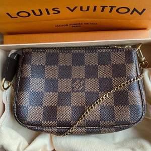 Säljer min oanvända Louis Vuitton poshette mini. Dustbag och kvitto tillkommer. Såklart äkta.