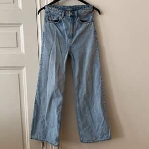 """🌸Vida jeans från Weekday i modellen """"Ace""""🌸 storlek 25/30. Bild 3 är bild från weekdays hemsida på jeans i samma modell som de jag säljer men i en annan färg.(så man kan se hur Jensen sitter på en person) Jag är 169 cm och på mig är de för korta (därav säljer jag de). Då det är en bit kvar från jeansens slut till marken. Skriv för mått osv. Jeansen är använda flera gånger men har inget tecken på användning! De är även nytvättade. Fraktkostnaden betalar köparen.  PS jag säljer samma modell av jeans i samma storlek i fler färger i min profil💖💖💖💖 om flera är intresserade blir det budgivning!!"""