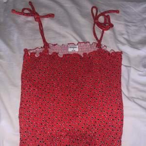 Superfint och somrigt rött smockat linne. Passar perfekt nu i sommar, speciellt eftersom smockat är väldigt trendigt. Superskönt linne eftersom det är super stretchigt