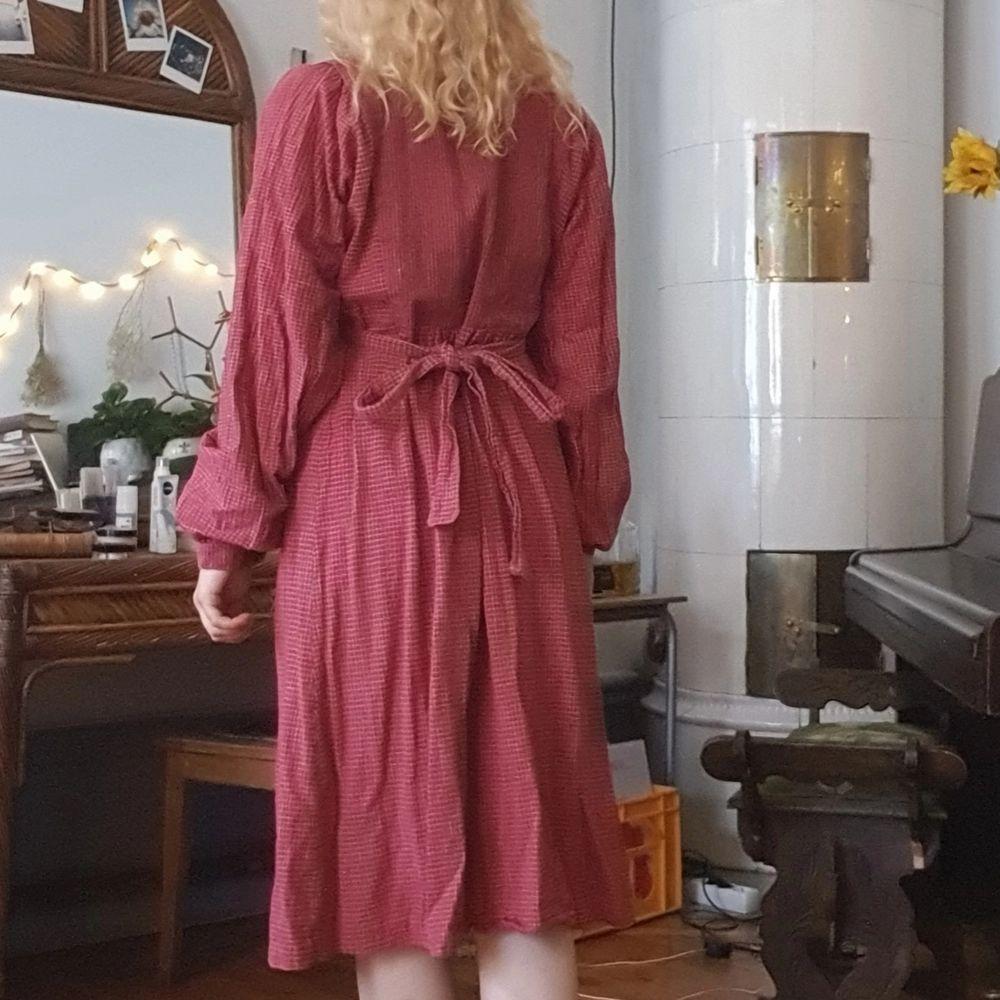 unik vintage midi-klänning med knappar fram, vackert puffiga ärmar å band i midjan :-) fint skick, i bomull!. Klänningar.
