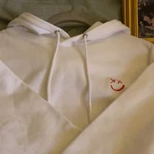 Säljer denna Louis Tomlinson Walls Merch Hoodie, eftersom att den inte passar mig tyvärr. Jag köpte den här på plick! Passar en person med strl M, fast ej oversized då.