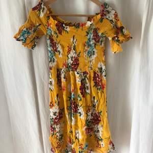 Gul blommig off shoulder sommar klänning från Gina tricot 🦋. Super fint luftigt material. Extremt stretchigt vid armarna och bysten. Knappt använd och perfekt till sommaren💓 (köparen står för frakten💝)