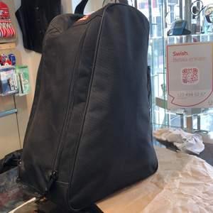 Jag säljer denna bag, med denna ingår 5 styckna likadana väskor som finns på bild nummer 2. Går att köpa väskorna var för sig och då säljer jag dom 120kr per styck. Bagen säljer jag för 150kr.