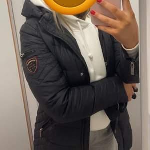 Säljer min fina rock & blue jacka pga att jag köpt en ny. Pälsen medföljer tyvärr inte då den blivit stulen. Den är lika fin utan päls!