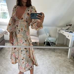 En superfint knytklänning från Second Female i storlek XS, endast använd 1 gång!😻😻 köparen står för frakt