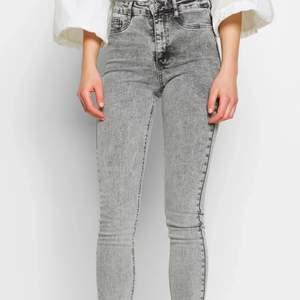 Säljer dessa grå molly jeans för bara 30kr+frakt!! 💖💖 Bra skick. Köpte dem för 400kr.