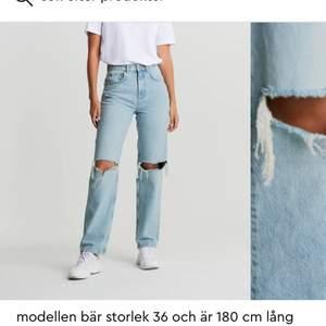 Säljer dessa 90's high waisted jeans från Gina tricot som jag växt ur. Min kompis på bilden är 156cm