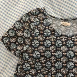 Säljer denna superfint klänning som jag köpte från Urban Outfitters för flera år sen. Babydoll stil. Funky, somrig mönster🌸