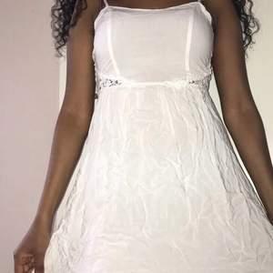 Jag har fixat ett paket pris för kläder o accessoarer man kan behöva för studenten:                                                               •Vit klänning i strl Xs- använd några gånger,                                  •Bykershorts i strl Xs från Gina- använd 1 gång.                                           •Klackskor strl 38 från Dinsko- använd 1 gång.                              Allt för endast 400kr + frakt !!