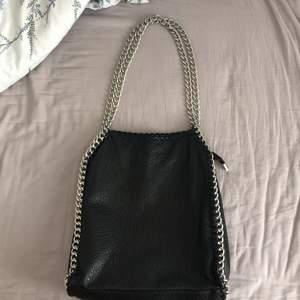 Säljer denna populära väskan från Tiamo (Priscilla) som är lite Stella McCartney-inspirerad. Perfekt att ha som skolväska och har några fack inuti. Sparsamt använd men finns små tecken på användning. Pris kan diskuteras vid snabb affär!! Hör av er vid frågor, köparen betalar frakt.