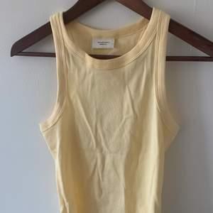Populärt linne från Gina Tricot i färgen gul, storlek S. Jättefin, men har tyvärr inte fått användning för den och lappen sitter kvar. Nypris 129 kr, Frakt tillkommer.