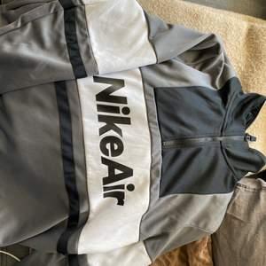Väldigt mysig oversized tröja, aldrig använd, bara legat i garderoben. Köpte den ny för 700kr. Vid fler intresse så budgivning annars köpa direkt för 400:-