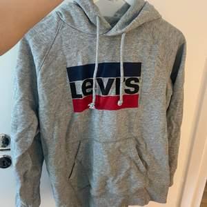 Säljer denna Levis hoodie för den bara ligger i min garderob och inte kommer till användning! Köparen står för frakt. Den är använd Max 2 gånger