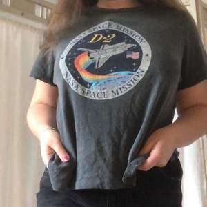 Superskön och snygg t-shirt med spacetryck från Urban Outfitters!🪐 Storleken är M men den är oversized. Köparen står för frakten!🚀
