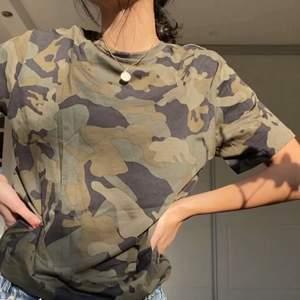 Kamouflage T-shirt med tryck. HELT NY