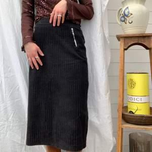 Super snygg stilren vintage kjol i manchester ! Väldigt skön och super snyggt med slitsen där bak. Dm för midjemått osv och mer info i bion 😎🌸