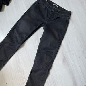 Svarta jeans, passar än s
