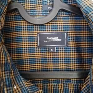 Snygg rutig boomerang skjorta. Använd ett fåtal gånger då jag har blivit för stor för den. Storlek smal