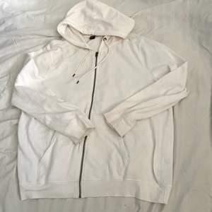 Mysig oversize vit zip hoodie från Ellos. Säljer då den är för långgg för mig i smaken. Perfekt för den som vill ha en baggy zip hoodie.                                                                           Storlek 5XL och visas på mig som är en Medium💕😺 först till kvarn