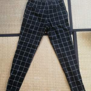 Ett par härliga rutiga kostymbyxor från HM i herrstorlek 44 (motsvarar någonstans mellan 36-40 i damstorlek). Jag har tyvärr för breda lår från gymmet så kan inte ha dem längre.