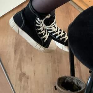 Svarta sneakers från Zara! Slutsålda på hemsidan. Passar inte mig då jag har väldigt små fötter, men jättesköna annars. Tjockare sula vilket är najs! Strl 36, true to size skulle jag säga! Köparen betalar frakt (63kr)😘