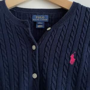 Ralph lauren kabelstickad tröja med knappar. (Marinblå). Barnstorlek L men passar dam xs/s