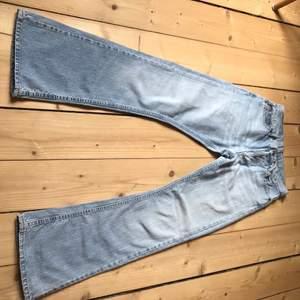 Skitsnygga lågmidjade jeans från Rocky. Strl S, utsvängda längst ned. Vintage från 90-talet. Midjemått: 72cm. Innerbenslängd: 76cm. Jättebra skick! Förgen stämmer bäst in på bild tre. Jag är 160 cm som referens. Om flera är intresserade blir det budgivning. Kolla gärna in mina andra annonser! Samfraktar vid köp av två eller fler varor💕
