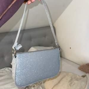 Skitsnygg väska med silverglitter! Köpt på gina men finns inte kvar längre!