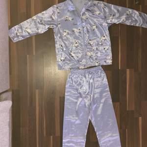 Blå satin pyjamas i storlek 134/140. Jättegullig och fin! Mina favvo pyjamas men säljer pågrund av att den har blivit för liten:(💙