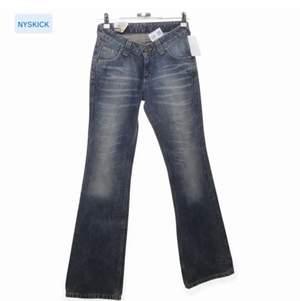 low waist jeans från lee, typ gråblå i nyansen, helt perfekta med bootcut och wash. lite små i storleken i midjan