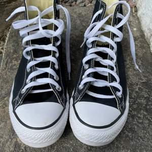 svarta converse i storlek 41,5. Säljer pga för stora