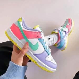 Tja! Kommer få in Nike Easter dunks om ungefär två veckor i basically vilken storlek som helst. De är slutsålda överallt men ni kan förbeställa från mig för 1500 o sedan betala när ni har skorna ni behöver såklart inte betala innan det. Möts helst och möts i stockholm men kan även frakta om det behövs.             .                                                         Skriv om intresserad