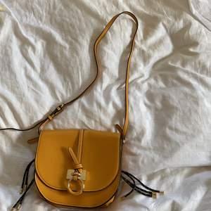 Jättefin gul väska som jag aldrig använt från Zara 😌