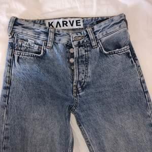 Säljer ett par skit snygga girlfriend jeans med en slits längst ner som går att ta bort med en dragkedja om man vill de!😍 Jätte bra kvalite och skick! Skriv privat för mer frågor! Pris går att diskutera (KÖPAREN STÅR FÖR FRAKT)