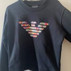 Säljer den här Armani sweatshirten för att de inte är min still längre,osäker på vad de är för storlek de står att de är en 40 men den e köp från en italiensk hemsida men skulle säga att de är en M S, ny pris ligger på runt 500 kr