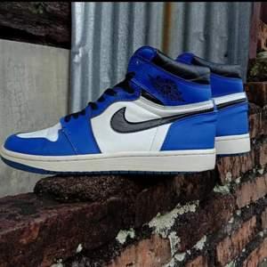 Nike air jordans med färgen Royal blue. Använda 2 gånger utan några skador eller hål, i mycket bra skick.